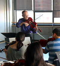 Craig Mumm leads a sectional of violas. Photo by Junyi Chow.